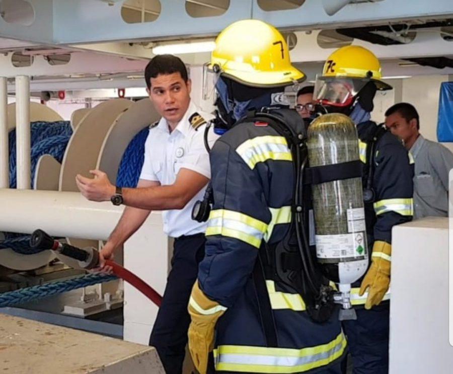 ( con los bomberos) El entrenamiento de tripulantes es parte
