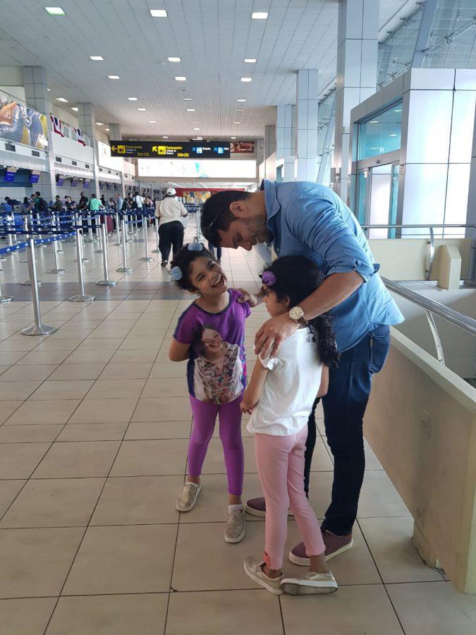 ( aeropuerto) El día más difícil, es cuando viajo. Aún así, mis hijas sonríen.